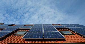 איך אנרגיה סולארית תסייע לכם לחסוך בחשבון החשמל