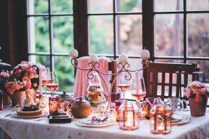 מארחים בבית: רעיונות לכיבוד קליל במחירים נוחים