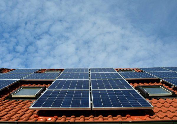 איך אנרגיה סולרית תסייע לכם לחסוך בחשבון החשמל?